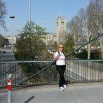 "Подвесной мост, а позади символ ""Мерседеса"""