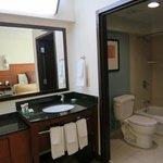 洗面台と、その奥のバスルーム
