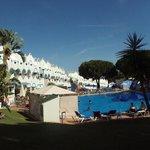 Vista del hotel y la piscina.