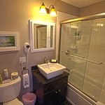 A modern bath in the Terrier Suite includes a jetted tub