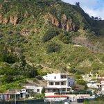 hinter dem Haus erheben sich schon die liparischen Berge