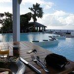 Petit-déjeuner au bord de la piscine et vue sur mer