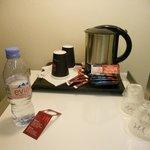 Bandeja de cortesía. Café y té. Y agua.