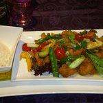 Gebratenes Hünchen mit Gemüse und Reis