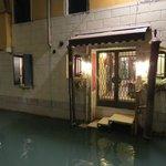 Zugang zum Hotel vom Kanal