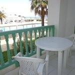 Table et chaises du balcon d'une basse qualité