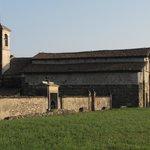 la chiesa e il muro cimiteriale