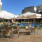 la piscine, transats et parasols