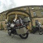Las motos en la entrada del hotel