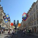 Улица украшена к празднику Жанны д'Арк (29 апреля-9 мая 2013)
