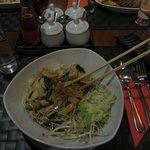 Pollo con radici di bamboo, erba thailandese e salsa di soia