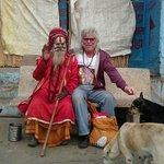 Swami mit mir vor dem Hotel !