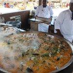 Paella feita a beira mar