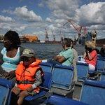 Пассажиры Paddan в акватории порта