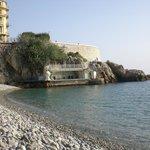 Foto da praia ( maravilhosa com essas pedras, água cristalina
