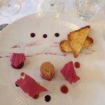 Foie gras/framboises et porto vintage, poudre de betteraves rouges et pétales de roses