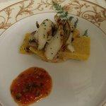 Insalatina di seppie e funghi su polenta taragna alle cozze e salsa di pomodoro e peperoni