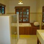 cuarto de baño con doble ducha,doble vacha y yacusi