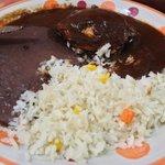 Mole negro con arroz y pollo.