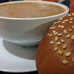 Chocolate de agua con pan de yema.