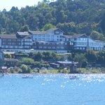 Vista del hotel desde el lago