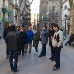 Miguel, de espaldas, nos cuenta la historia de Barcelona