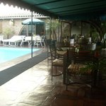 la piscina y el barcito de la terraza