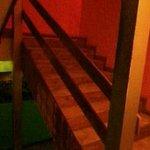 Estancia entre el primer piso (comedor, baños y living) y salida para la parrilla en el deck.