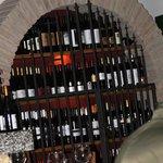 Gut gefülltes Weinregal