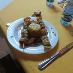 Brochettes de poissons et crustacés avec sauce au... rhum...