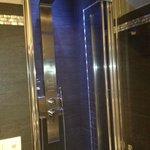 Baño con ducha colorterapia