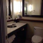 バスルームです。向かって右側にバスタブとシャワーがあります。 洗面台の正面にある小さな鏡付きの窓は開けると寝室につながります。