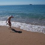 Море и песок, напоминающий гречку