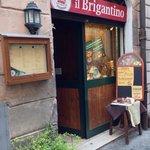 L'ingresso del locale su Via San Martino ai Monti