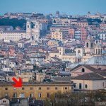 Вид на отель с Piazza Garibaldi с большим увеличением (красная стрелка показывает на наш номер)