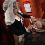 La madame! Haciendo estatuas de las victimas de la inquisicion