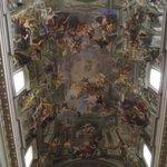 Teto da nave central da igreja com afresco de Andrea Pozzo.