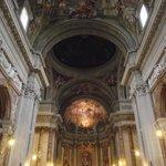 Interior da igreja. Ao fundo, abside, ao centro, a falsa cúpula de Pozzo.