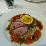 Rosa gebratene Entenbrust-Filets auf gebratenem Reis mit Chili sweet sour Sauce