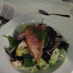 Frischer Salat mit Rotbarbe