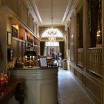 de hotelingang met achteraan de ontbijtruimte, rechts bar en salon