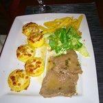 Gnocchi alla romana, filetto al pepe verde, patate e insalata