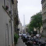 rua tranquila, andamos até a Torre Eiffel