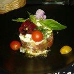 Carte du printemps avec son tartare de concombre basilic et moza et ses petites fleurs