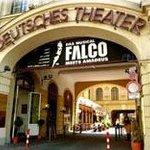 eingang von Theater und Hotel