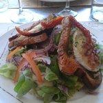 Salade de bruschetta de chèvre au basilic