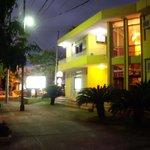 Fachada Nocturna del hotel