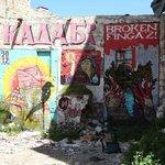 grafitis sur un mue en ruine