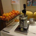 朝食のオレンジジュース生搾り機