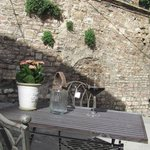 outdoor tables of Vinosofia